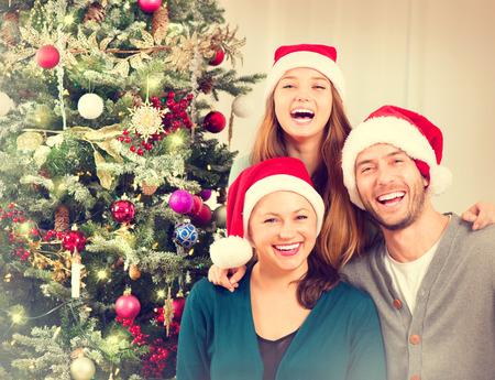 rodzina: Portret Boże Narodzenie rodziny. Uśmiechnięci Rodzice z Teenage Daughter