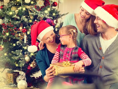 animados: Familia sonriente feliz en el país que celebra la Navidad Foto de archivo