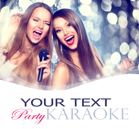 cantando: Karaoke. Muchachas de la belleza con un micrófono cantando y bailando