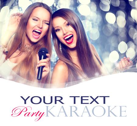 Karaoke. Schoonheid meisjes met een microfoon zingen en dansen Stockfoto - 33475642