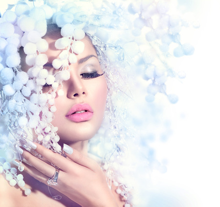美容: 冬季美容。美麗的時裝模特女孩與雪髮型 版權商用圖片