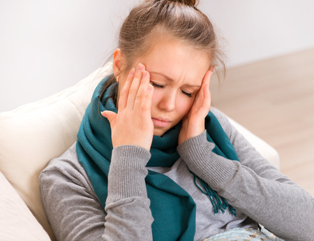 頭痛。頭痛を持つ若い女性
