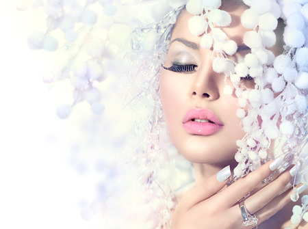 ресницы: Зимние красоты. Красивая модель Девушка с Snow прическа Фото со стока