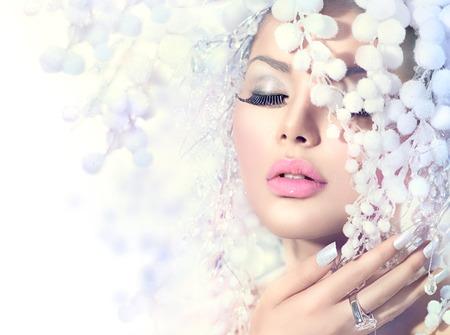 입술의: 겨울 아름다움. 눈 헤어 스타일을 가진 아름 다운 패션 모델 소녀 스톡 사진