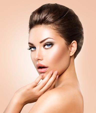 cerca: Mujer joven hermosa con la piel limpia fresca portarretrato