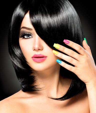 long nail: Bella ragazza bruna con sani capelli neri Archivio Fotografico