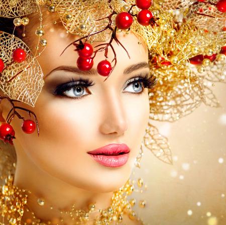 modelo hermosa: Chica modelo de moda de Navidad con el peinado de oro y el maquillaje Foto de archivo
