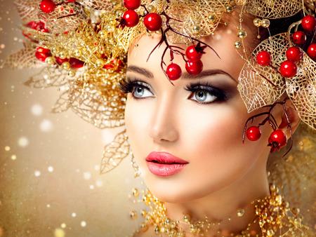 masaje facial: Chica modelo de moda de la Navidad con el peinado y el maquillaje de oro