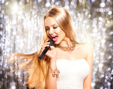 Beauty-Modell M�dchen mit einem Mikrofon singen und tanzen