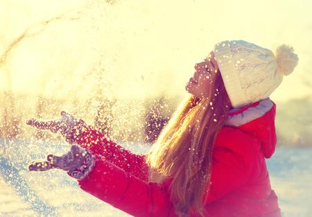 sol: Muchacha de la belleza del invierno la nieve que sopla en el parque de invierno escarchado Foto de archivo