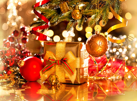 noel: Decorated Christmas tree with gifts. Holiday Christmas scene Stock Photo