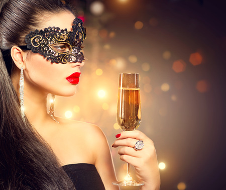 샴페인의 유리 카니발 마스크를 착용하는 섹시 모델 여자