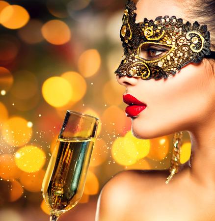 mascaras de carnaval: Mujer modelo atractiva con el vidrio de champán llevaba máscara