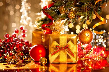 weihnachten gold: Weihnachtsgeschenkkasten und Flitter. Neujahrsfest Lizenzfreie Bilder
