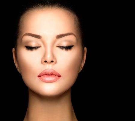 아름다움 여자 얼굴 근접 촬영 검은 배경에 고립