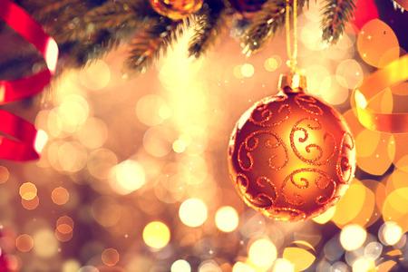 weihnachtsschleife: Weihnachtsdekoration. Goldene Christbaumkugel h�ngen Weihnachtsbaum