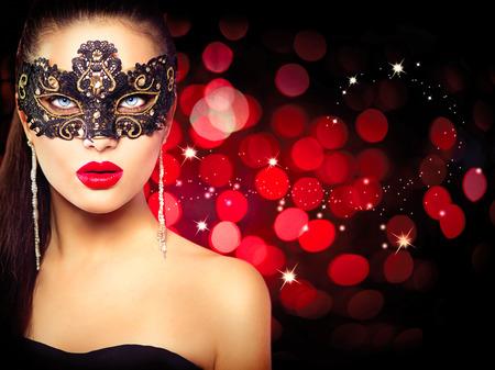 antifaz de carnaval: La mujer llevaba máscara de carnaval sobre fondo rojo brillante Foto de archivo