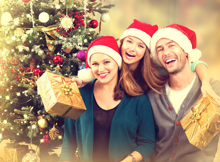 가족: 크리스마스 가족 초상화. 십 대 딸과 함께 웃는 부모