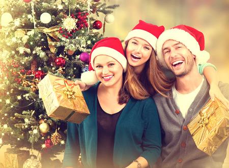 家庭: 聖誕全家福。微笑的父母十幾歲的女兒