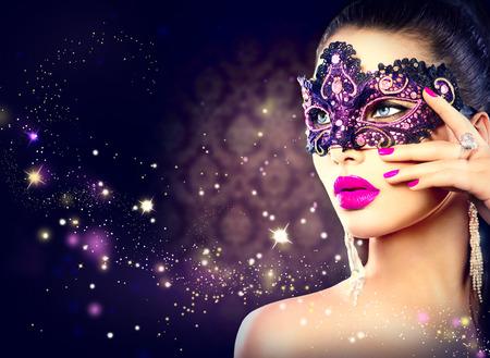 morado: Sexy mujer con m�scara de Carnaval durante las vacaciones fondo oscuro Foto de archivo