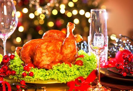 comidas: La cena de Navidad. Holiday mesa decorada con pavo asado