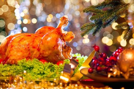 Vánoční večeře. Dovolená zdobí stůl s pečený krocan Reklamní fotografie
