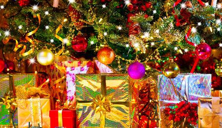 cajas navide�as: Vacaciones de Navidad escena. Regalos bajo el �rbol de Navidad Foto de archivo