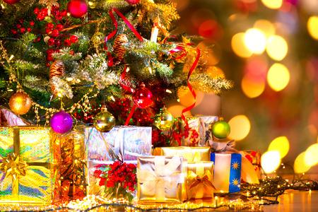 休日のクリスマスのシーン。クリスマス ツリーの下のギフト
