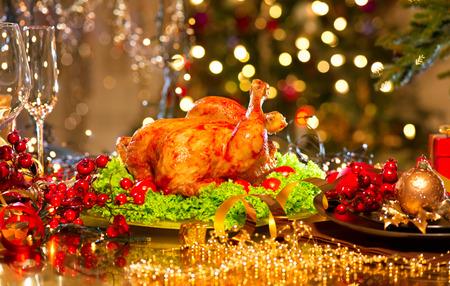 kerst interieur: Kerstdiner. Vakantie versierde tafel met geroosterde kalkoen