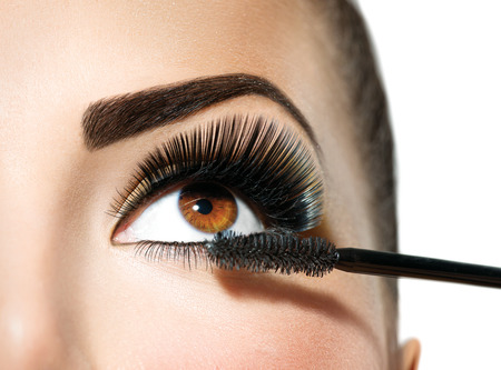 Mascara aanbrengen. Lange wimpers close-up. Make-up voor bruine ogen Stockfoto