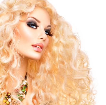 cabello: Retrato de la mujer rubia. Belleza Chica Con El Pelo Rizado Largo Saludable Foto de archivo