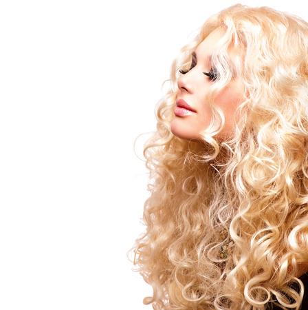 Belleza Chica Con saludable de pelo largo rizado. Retrato de la mujer rubia