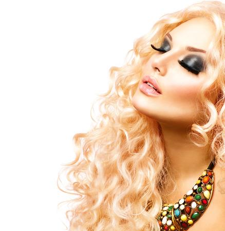 cabello rubio: Belleza Chica Con saludable de pelo largo rizado. Retrato de la mujer rubia
