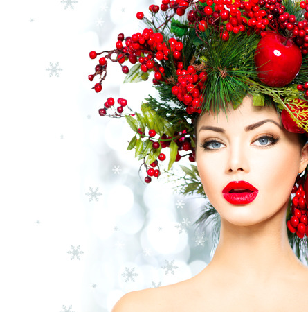 divat: Karácsonyi divatmodell nő. Xmas frizura és smink Stock fotó