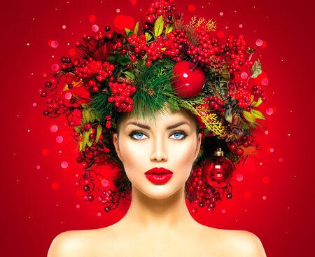 cabello: Mujer modelo de moda de Navidad. Nuevo peinado y maquillaje Año