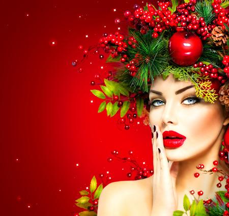 maquillaje de ojos: Mujer modelo de moda de Navidad. Xmas peinado y maquillaje