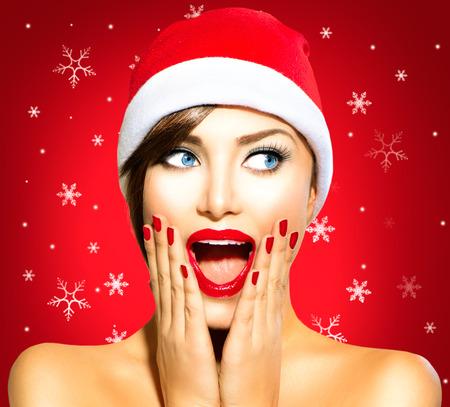 maquillaje de ojos: Sorprendido Navidad Mujer del invierno. Belleza Modelo Chica en sombrero de Santa