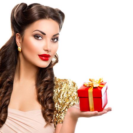 capelli lunghi: Bellezza ragazza con confezione regalo in mano. Retro ritratto della donna