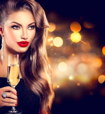 capelli lunghi: Ragazza sexy con un bicchiere di champagne su sfondo di vacanza