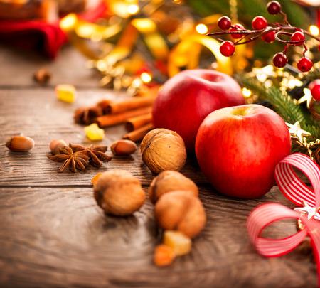 food on table: Regolazione della tabella di festa di natale, decorato con palline