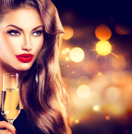 美容: 性感的女孩一杯香檳在假期背景
