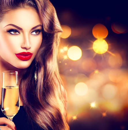 model  portrait: Ragazza sexy con un bicchiere di champagne su sfondo di vacanza