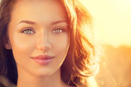 야외 아름다움 여자. 태양 빛 미소 십 대 소녀