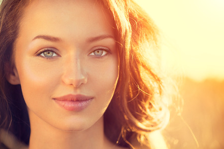 Krása dívka venku. Dospívající dívka s úsměvem na sluneční světlo