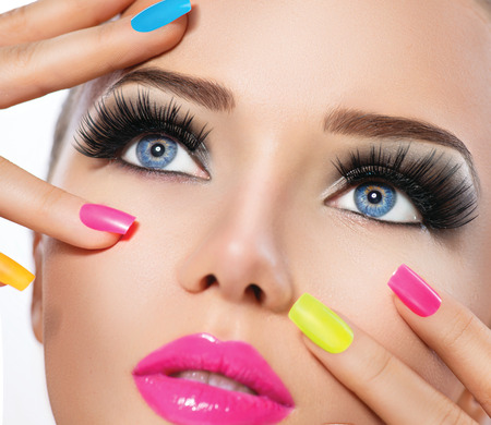 Schoonheid meisje portret met levendige make-up en kleurrijke nagellak