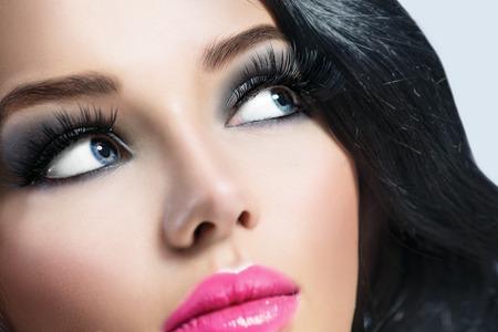 Brunette meisje met gezond zwart haar en perfecte make-up Stockfoto