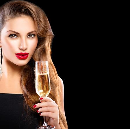 chica sexy: Muchacha modelo atractiva con un vaso de champán sobre negro Foto de archivo