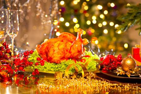 food on table: Impostazione con tacchino tavola di Natale. Cena di Natale