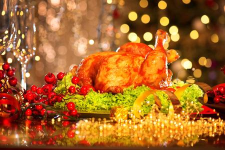 familia cenando: Mesa de Navidad con pavo. La cena de Navidad Foto de archivo