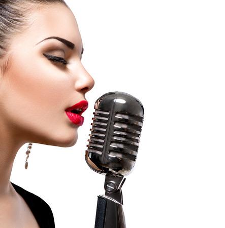microfono de radio: Mujer cantante con el micrófono retro Foto de archivo